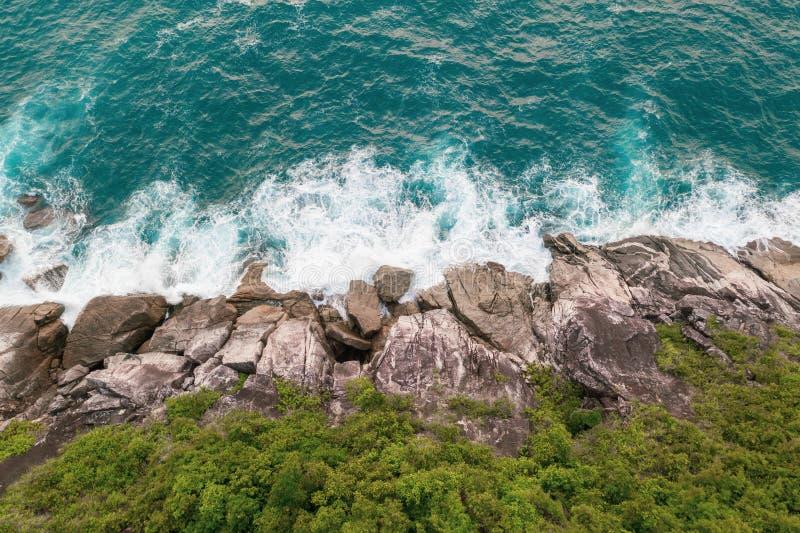 美丽的海浪和岩石海岸鸟瞰图与绿叶 库存图片