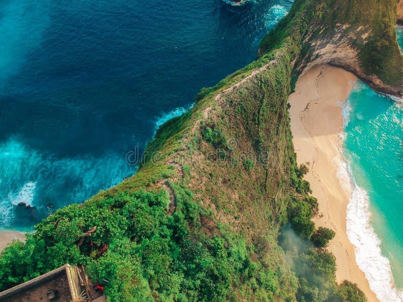 美丽的海海湾的顶视图和在巴厘岛美妙的海岛上的山脉  免版税库存图片