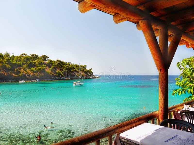美丽的海海湾,希腊海岛海岸小酒馆 库存图片