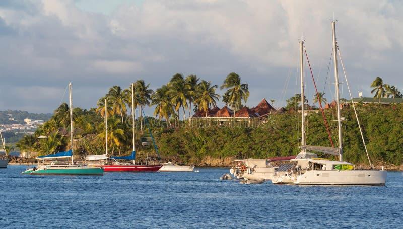 美丽的海湾和风船在马提尼克岛怀有,美丽如画的小游艇船坞 库存图片
