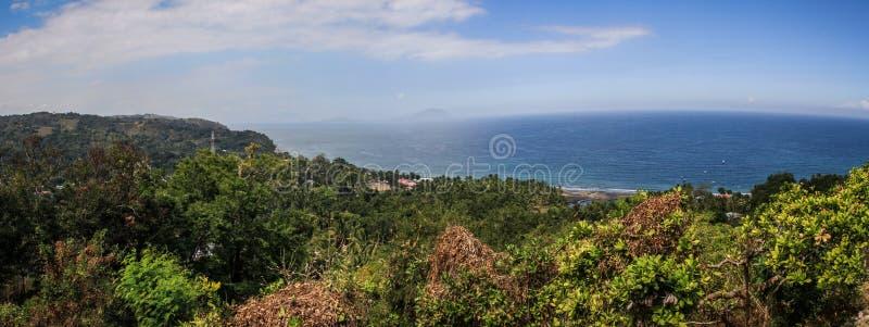 美丽的海湾的全景在moni,努沙登加拉群岛,弗洛勒斯海岛,印度尼西亚附近 免版税库存图片