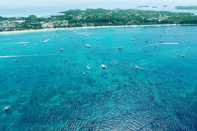 美丽的海湾鸟瞰图在热带海岛 博拉凯海岛, 图库摄影