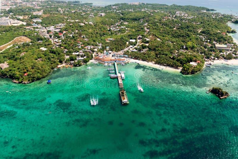 美丽的海湾鸟瞰图在热带海岛 博拉凯海岛 图库摄影