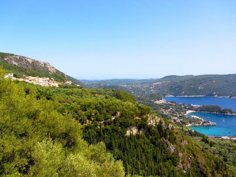 美丽的海滩和小船在Paleokastritsa,科孚岛海岛,希腊 库存照片