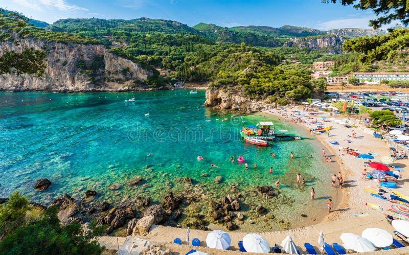 美丽的海滩和小船在Paleokastritsa,科孚岛海岛,希腊 免版税库存图片