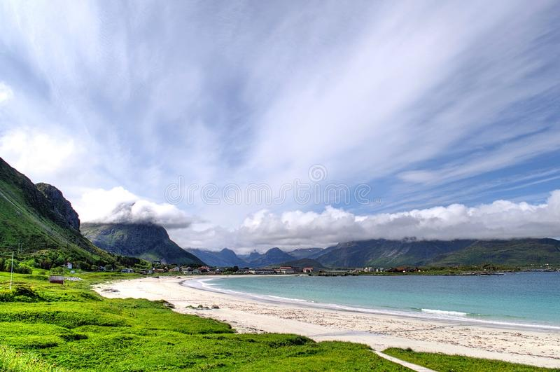 美丽的海滩和山在Lofoten海岛上的挪威 免版税库存图片