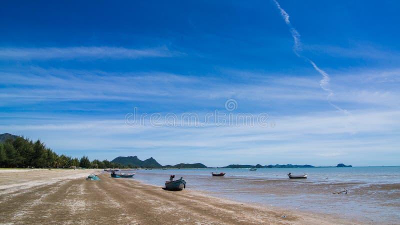 美丽的海滩在阳光天 库存图片