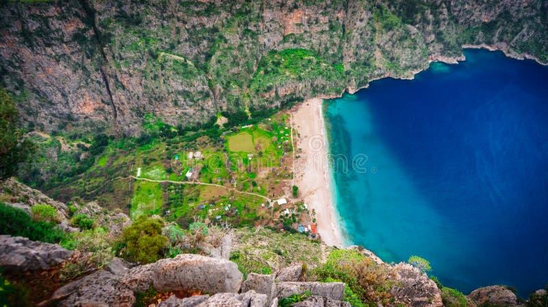 美丽的海滩在Oludeniz,费特希耶,Mugla,土耳其叫蝴蝶谷 Lycian方式 r 免版税库存照片