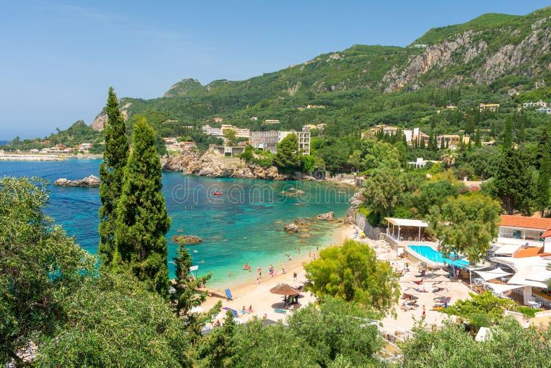 美丽的海滩在Paleokastritsa在科孚岛海岛,希腊 免版税库存图片