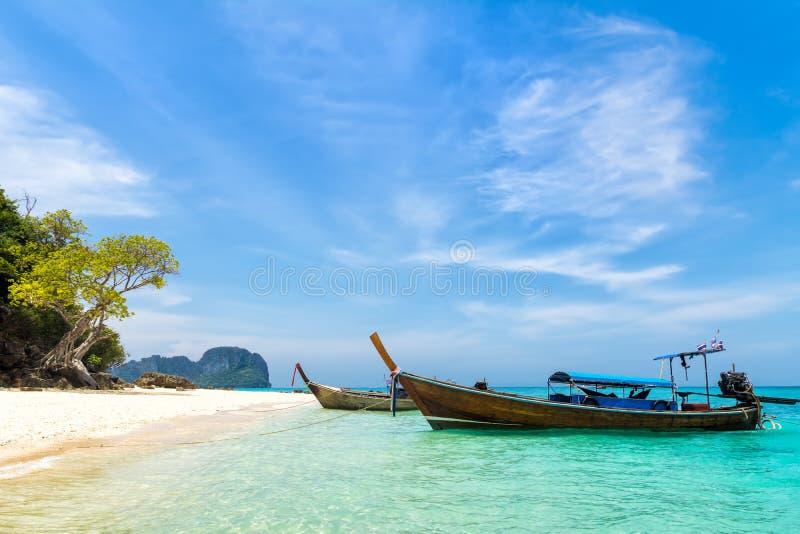美丽的海滩惊人的看法与传统泰国longta的 免版税库存图片