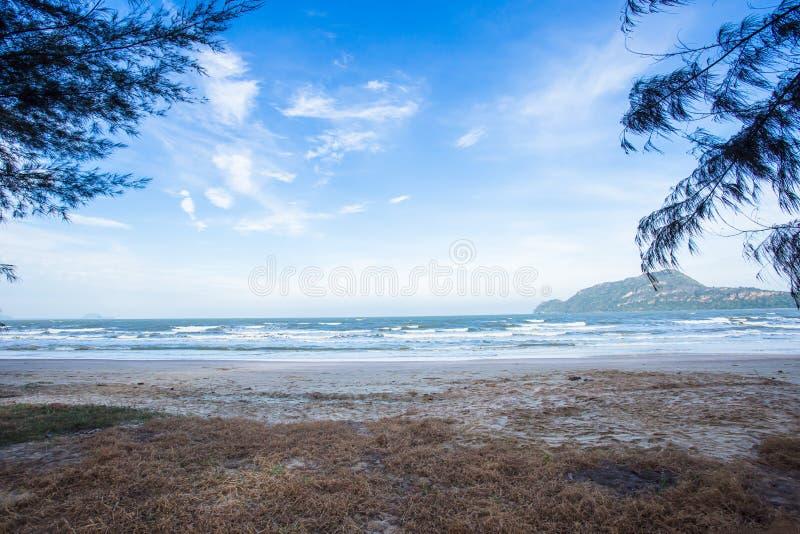 美丽的海滩惊人的看法  地点:甲米府泰国安达曼海 艺术性的图片 库存图片