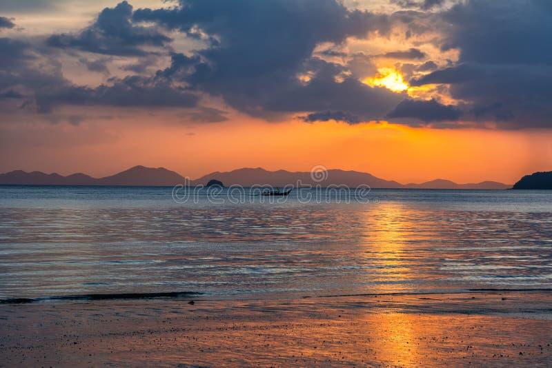 美丽的海滩惊人的看法  地点:甲米府, Thail 免版税库存照片