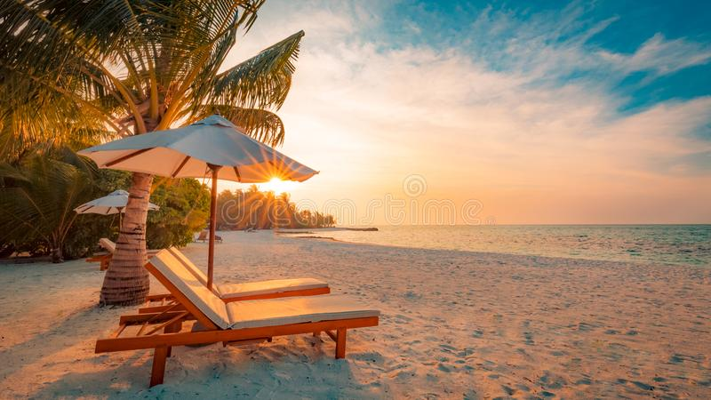 美丽的海滩 在沙滩的椅子在海附近 暑假和假期概念 激动人心的热带场面 免版税库存图片