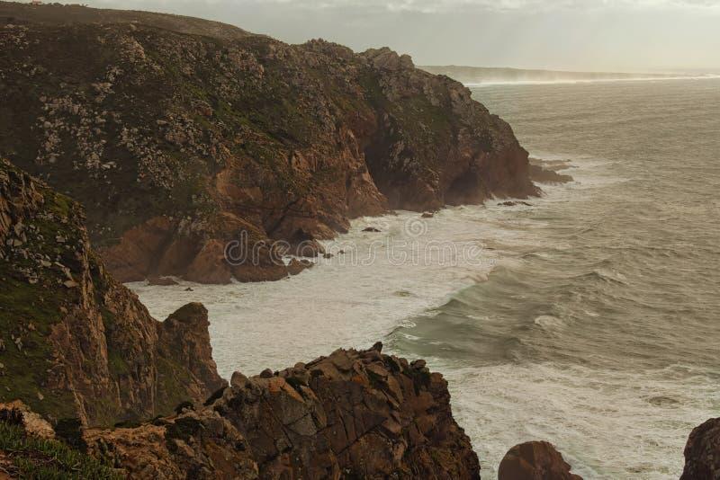 美丽的海角罗卡全景  一阵阵风、大波浪、强有力的大西洋和美丽如画的岩石 免版税库存图片
