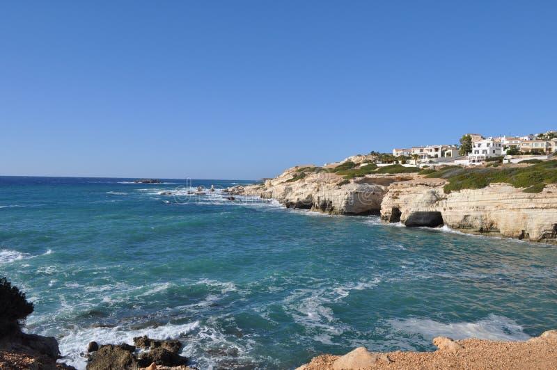 美丽的海边在塞浦路斯使海滩Pafos陷下 库存图片
