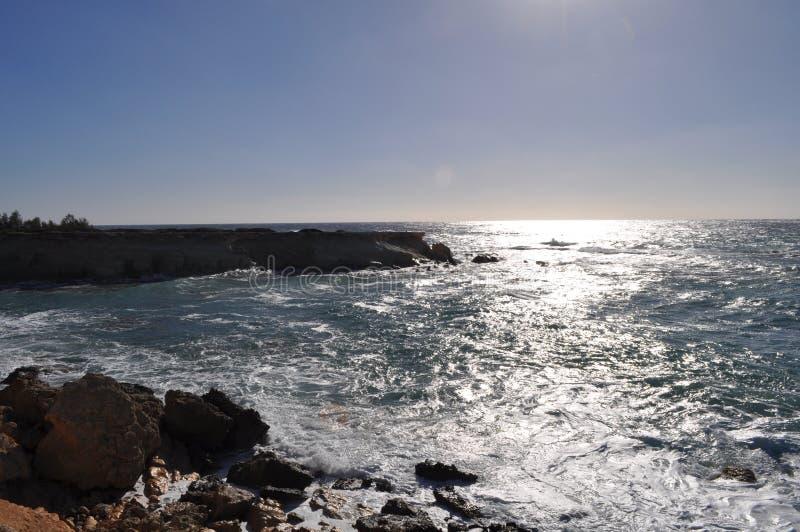美丽的海边在塞浦路斯使海滩Pafos陷下 图库摄影