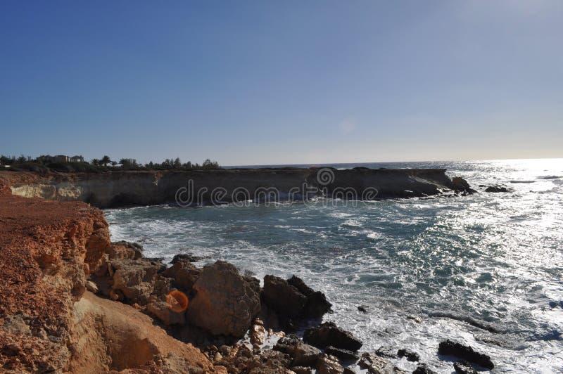 美丽的海边在塞浦路斯使海滩Pafos陷下 免版税库存图片