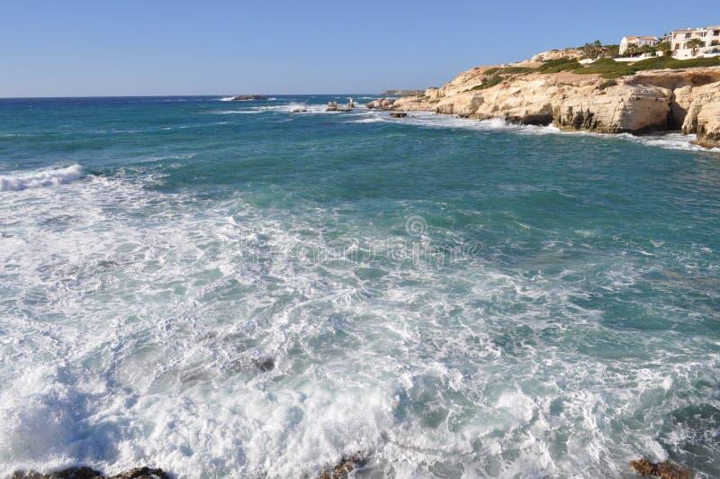 美丽的海边在塞浦路斯使海滩Pafos陷下 免版税库存照片