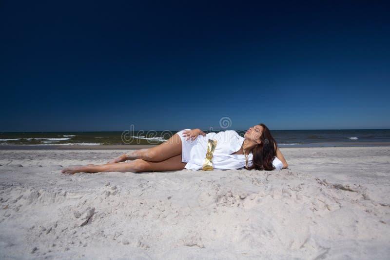 美丽的海边妇女 免版税图库摄影
