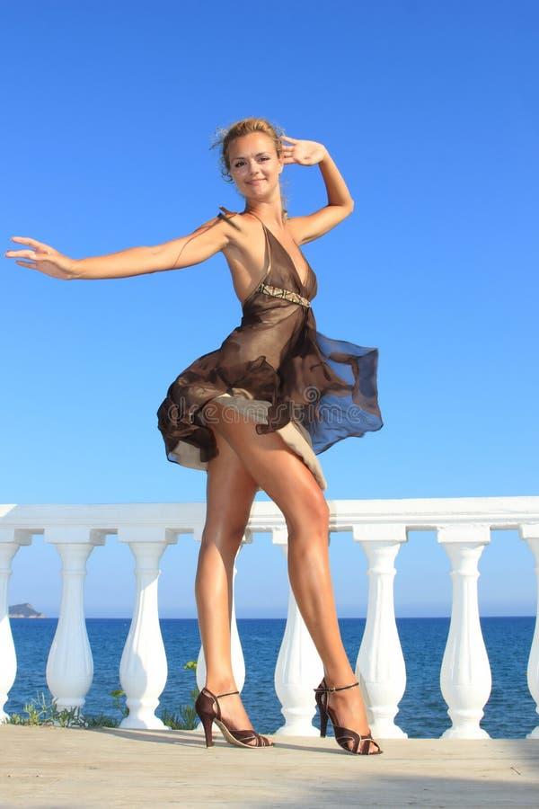 Download 美丽的海运妇女 库存图片. 图片 包括有 女孩, 比基尼泳装, 蓝色, 希腊, 海运, 夏天, 假期, 礼服 - 15694541