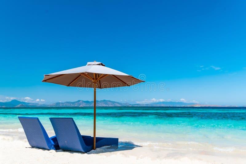 美丽的海滩 与伞的Sunbeds在海附近的沙滩 免版税库存照片