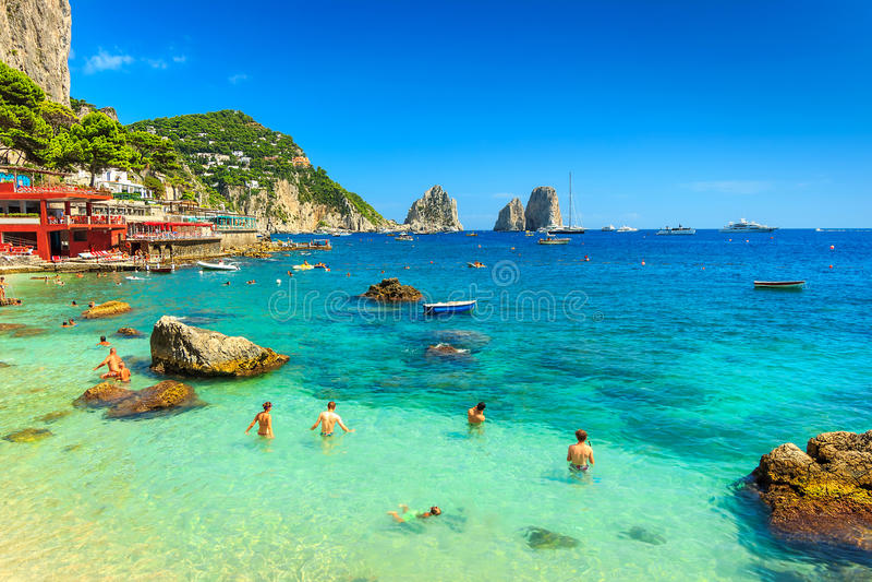 美丽的海滩和峭壁在卡普里岛海岛,意大利,欧洲 免版税库存图片