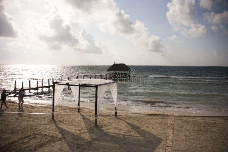 美丽的海滩眺望台和天空 库存图片