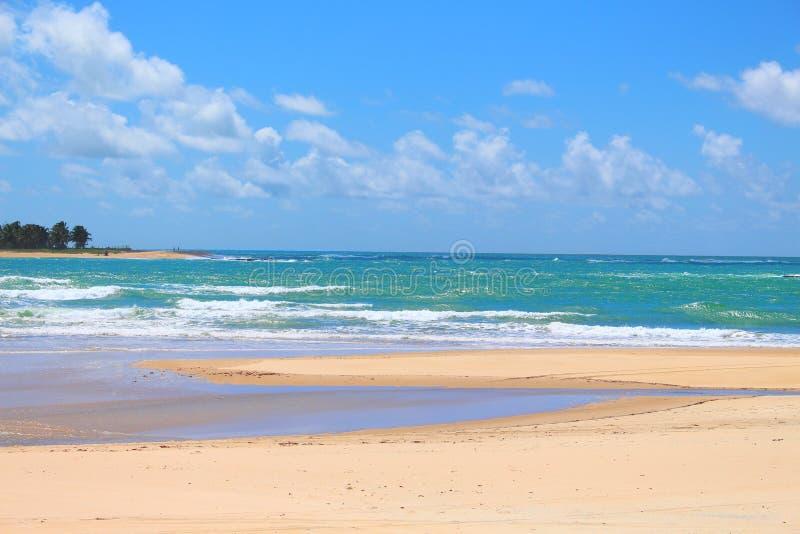美丽的海滩以蓝色海、白色沙子和宁静 免版税库存照片