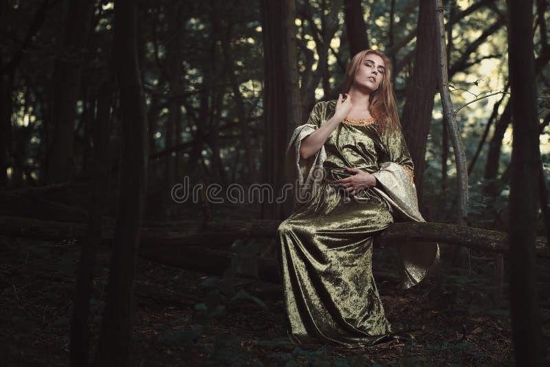 美丽的淘气的妇女在森林 免版税图库摄影