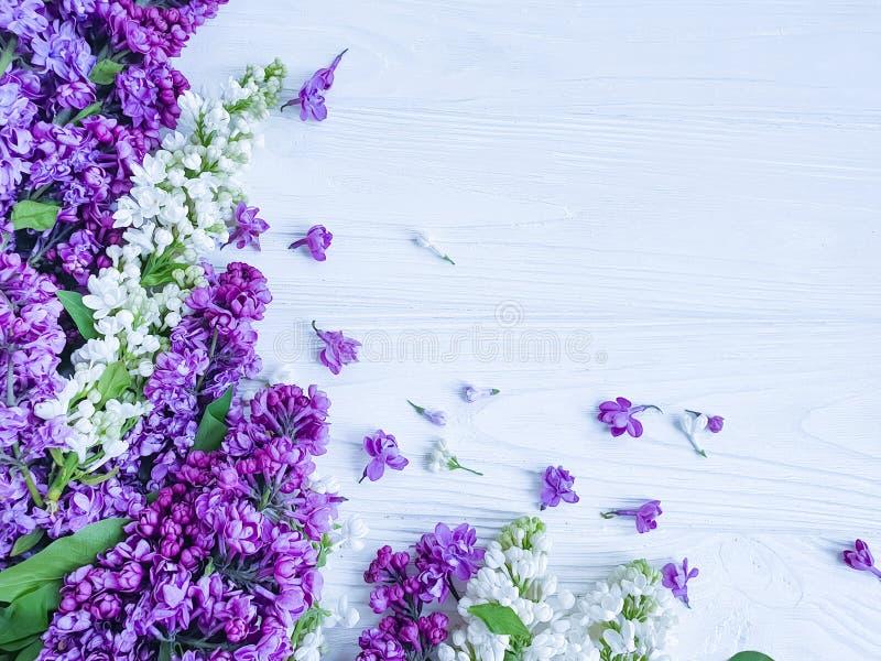 美丽的淡紫色在木背景庆祝框架的花纹花样装饰季节性安排 免版税库存图片