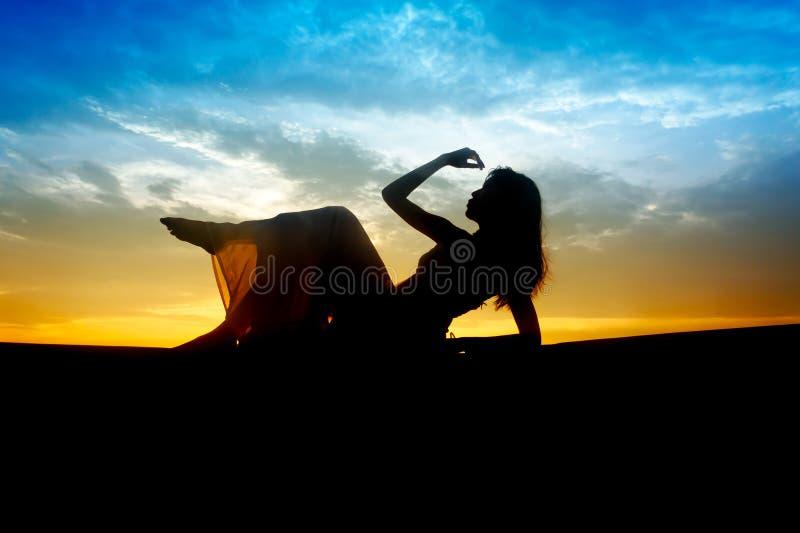 美丽的淫荡剪影妇女年轻人 免版税库存照片