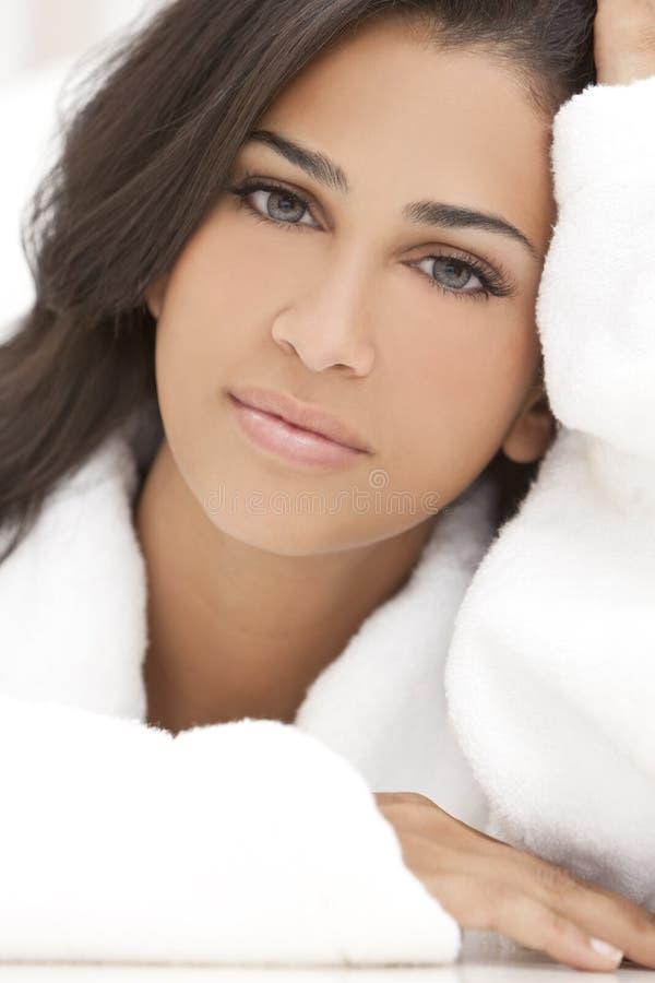 美丽的深色的健康长袍温泉妇女 免版税库存图片