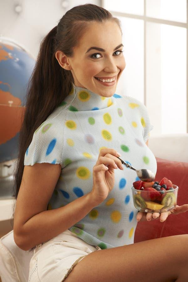 美丽的深色的吃果子 免版税库存照片