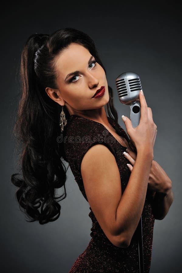 美丽的深色的唱歌的妇女 免版税库存图片