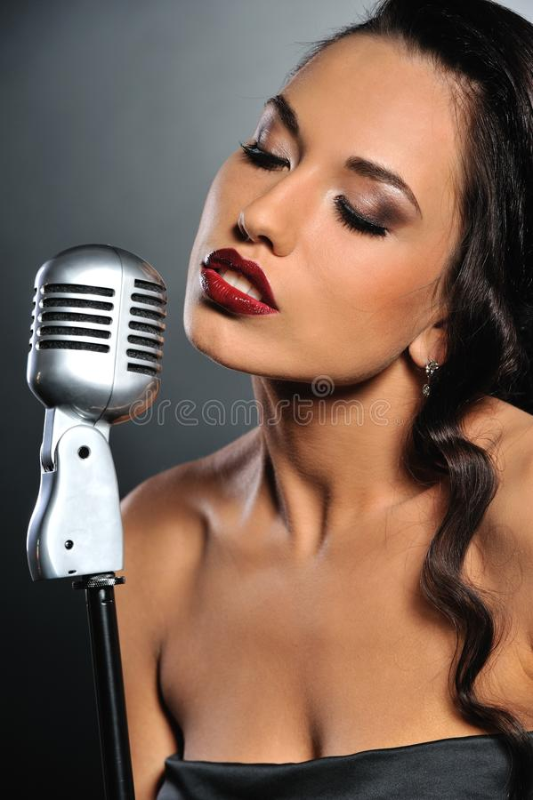 美丽的深色的唱歌的妇女 图库摄影