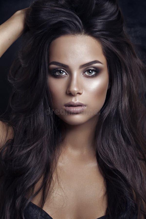 美丽的深色的女孩 健康长的头发 秀丽模型妇女 发型 免版税库存图片