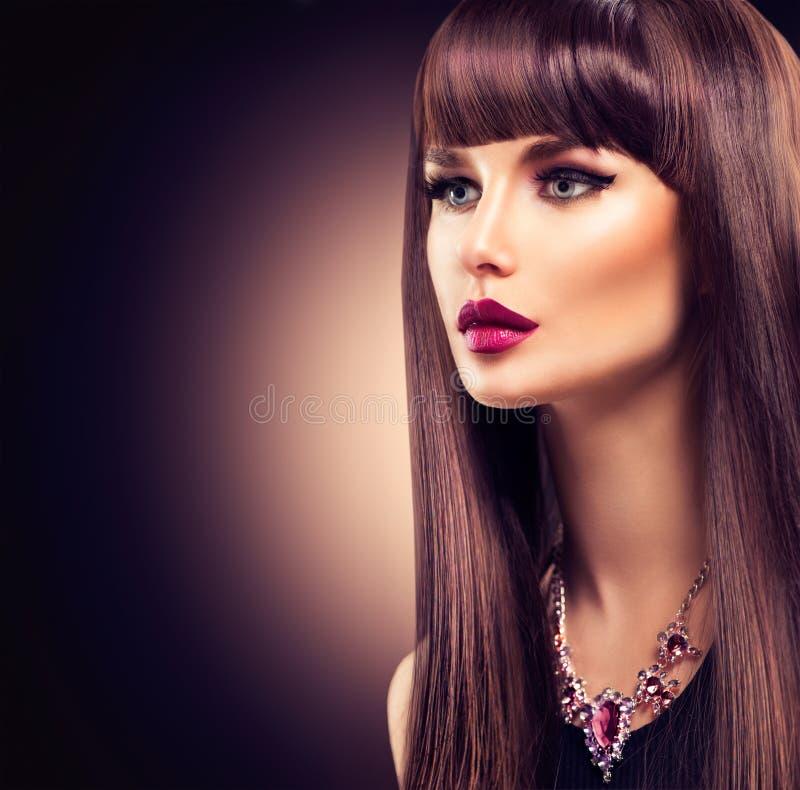 美丽的深色的女孩 健康长的头发 免版税库存图片