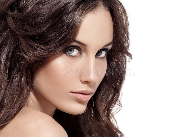 美丽的深色的妇女。卷曲长的头发。 图库摄影