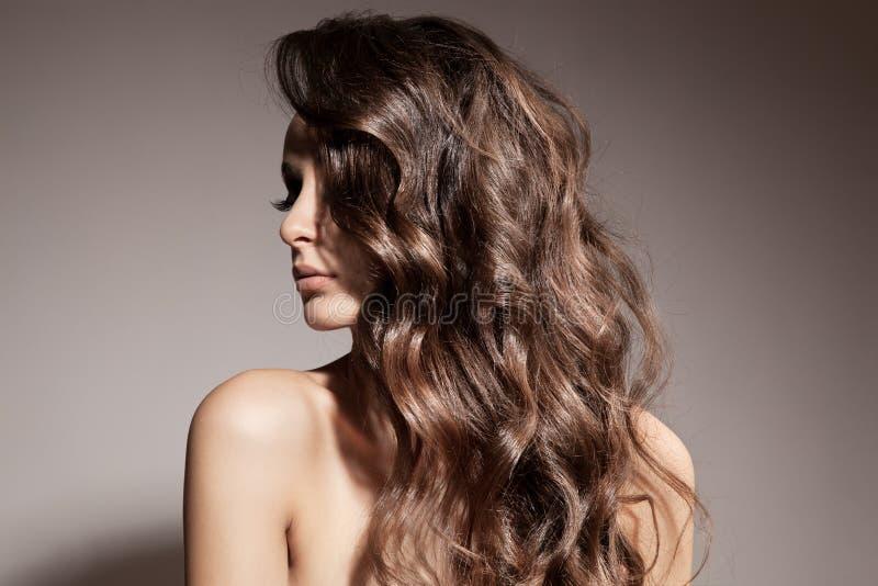美丽的深色的妇女。卷曲长的头发。 库存照片