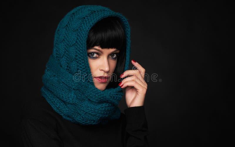 美丽的深色的妇女佩带的头巾 免版税库存照片