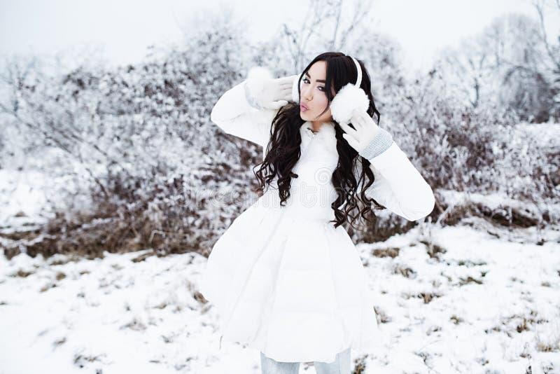 年轻美丽的深色的妇女佩带的耳朵mu冬天画象  库存照片