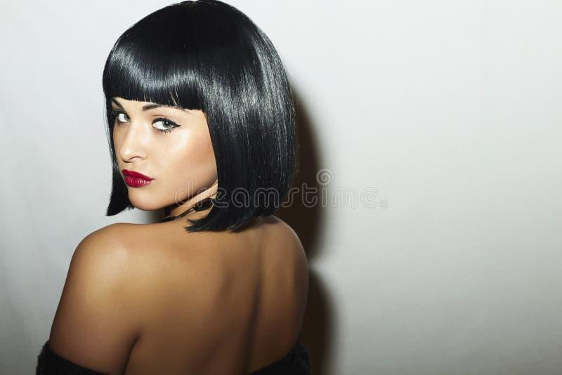 美丽的深色的妇女性感的后面有突然移动理发的。俏丽的秀丽成人女孩 免版税图库摄影
