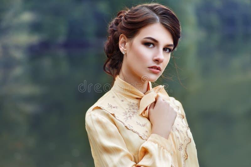 美丽的深色的妇女年轻人 免版税库存照片