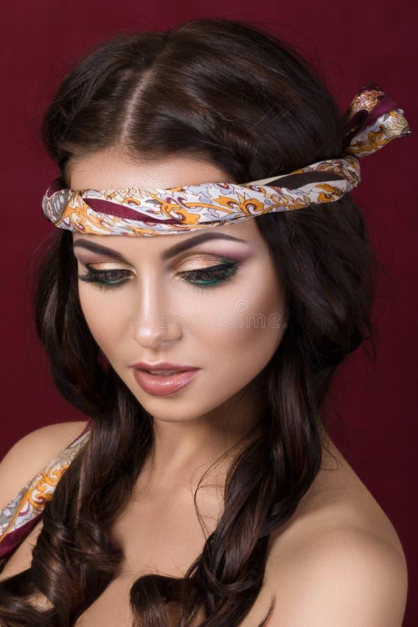 美丽的深色的妇女画象有时尚构成的 免版税库存照片
