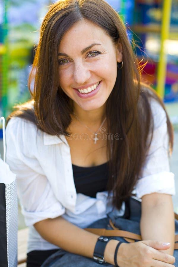 美丽的深色的纵向妇女年轻人 免版税库存图片