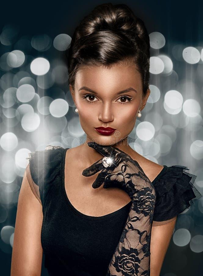 美丽的深色的聪明的妇女佩带的手套画象  免版税库存照片