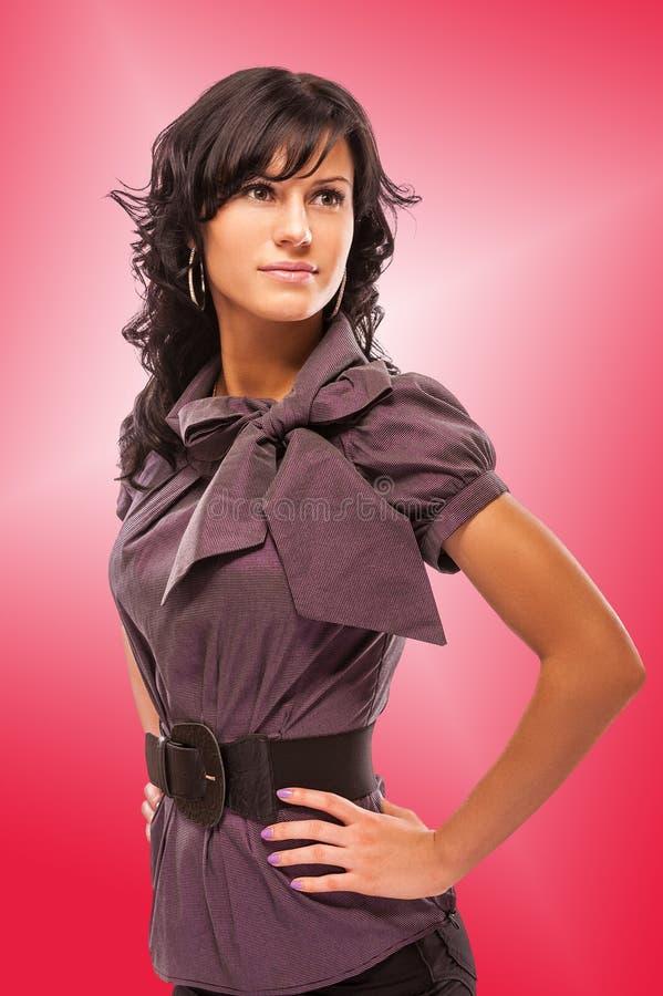 美丽的深色头发的纵向妇女年轻人 免版税库存照片