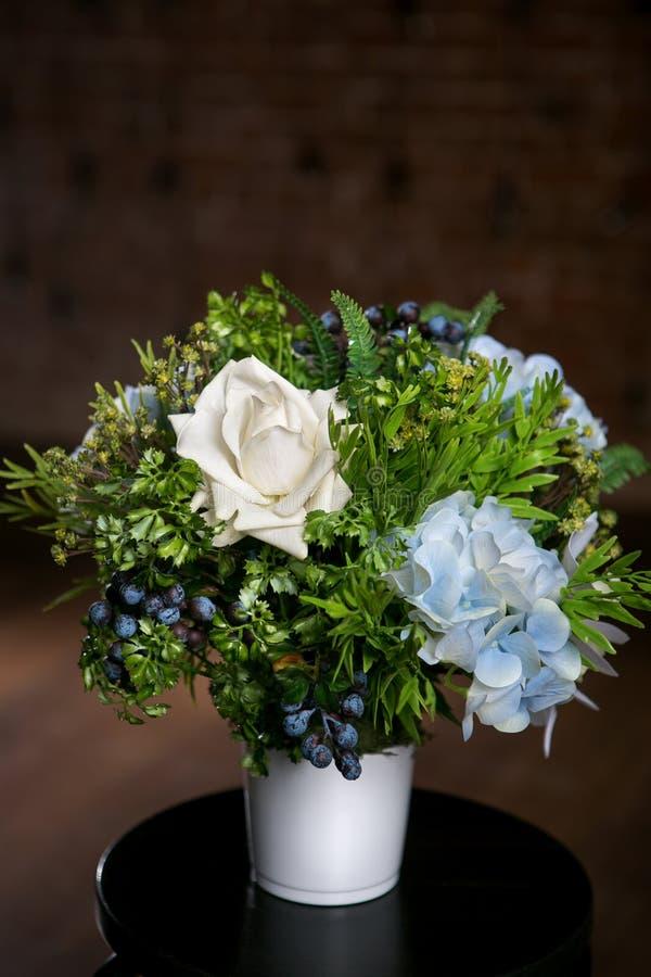 美丽的混杂的花花束在花瓶的在黑暗的背景 可爱的花 专业卖花人的工作 免版税库存照片