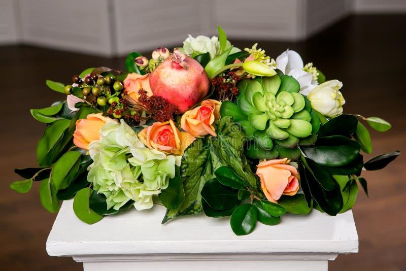 美丽的混杂的花花束在花瓶的 可爱的花 专业卖花人婚姻或家庭装饰的工作 图库摄影