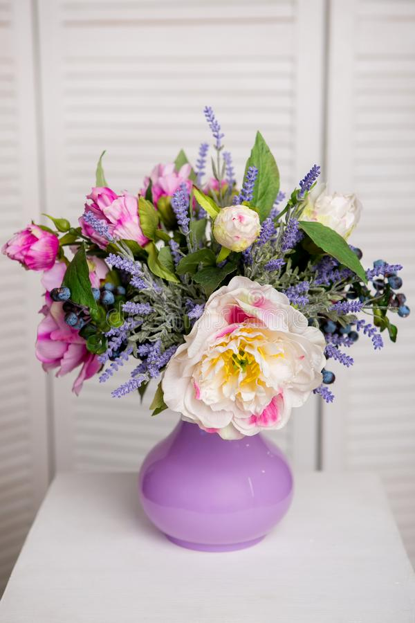 美丽的混杂的花花束在花瓶的 可爱的花 专业卖花人婚姻或家庭装饰的工作 免版税库存照片